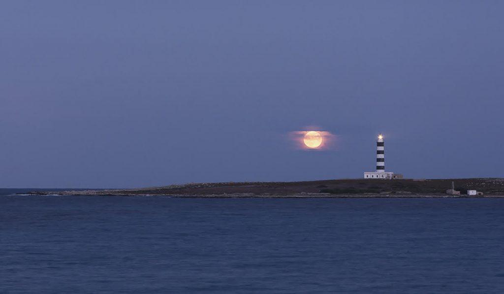 Espectáculo natural de la luna llena en Menorca (Foto: Mikel Llambías)