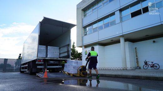 Imagen del traslado de material desde Mallorca (Fotos: Govern balear)