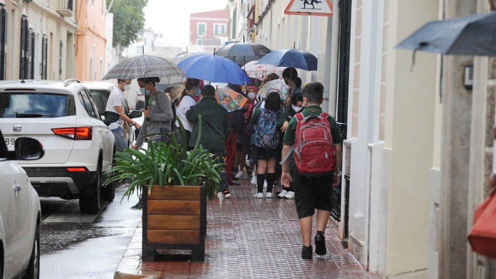 Alumnos entrando en el colegio esta mañana en Maó (Fotos: Tolo Mercadal)