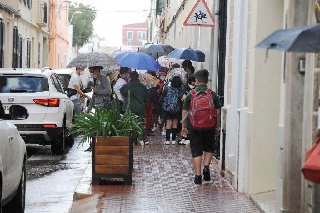 Alumnos entrando en un colegio en Maó (Foto: Tolo Mercadal)