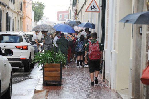 Alumnos entrando en el colegio en Maó (Fotos: Tolo Mercadal)