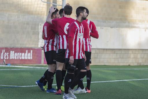 Celebración de un gol del Mercadal.