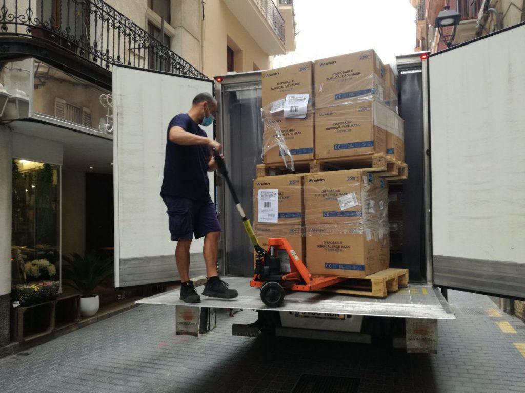 Descarga del material en Palma antes de ser enviado a Menorca (Foto: Delegación del Gobierno)