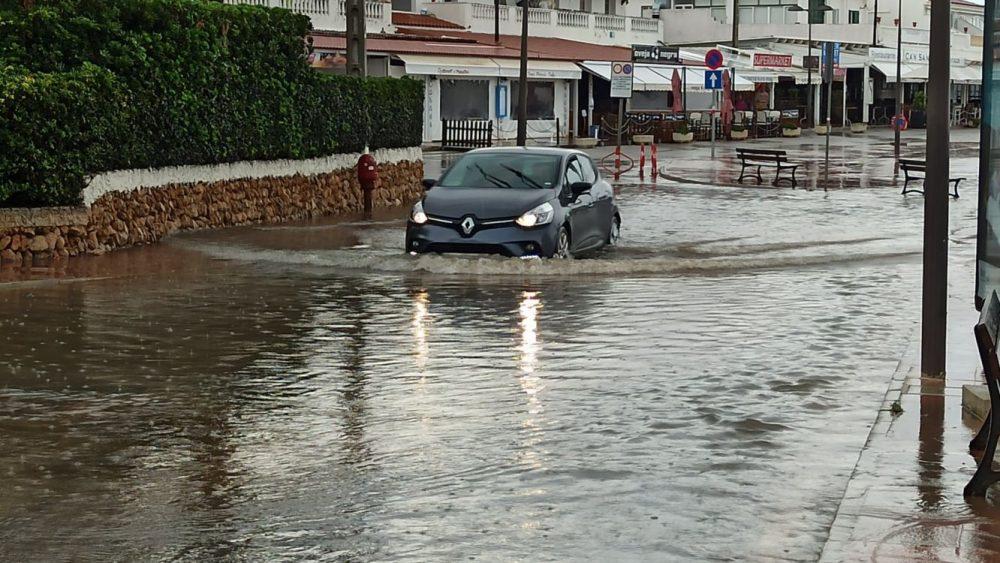 Calles con mucha agua mientras circulaban los vehículos (Fotos: @avantocat)