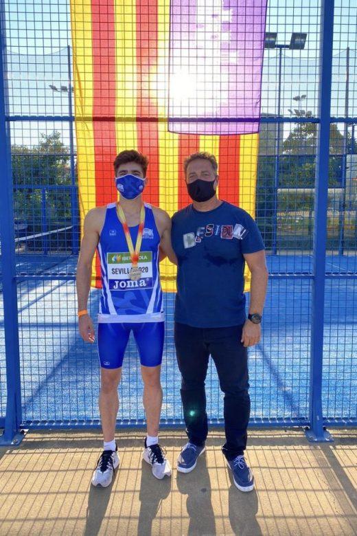 Pons, a la izquierda, con la medalla de plata (Foto: Federació Atletisme Illes Balears)