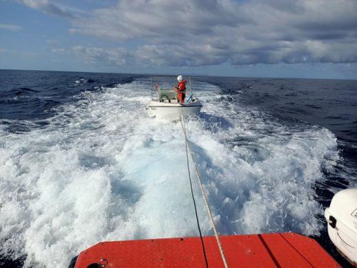 Un momento del traslado de la embarcación (Foto: Salvamento Marítimo)