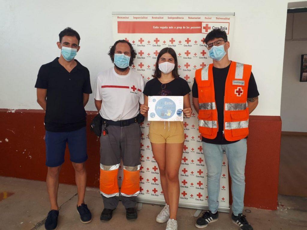 Una de las participantes, junto a Rafel Quintana y miembros de la Creu Roja (Foto: Ajuntament d'Alaior)