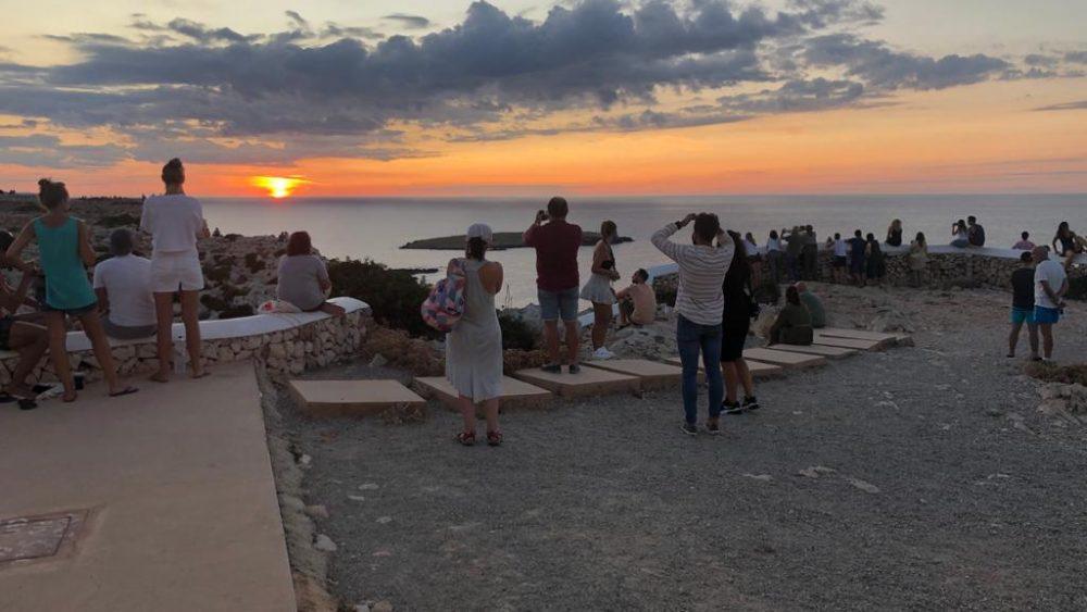 Decenas de personas viendo la puesta de sol (Fotos: Tolo Mercadal)