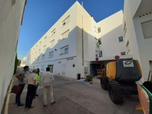 (Fotos) Maó pinta la fachada del geriátrico