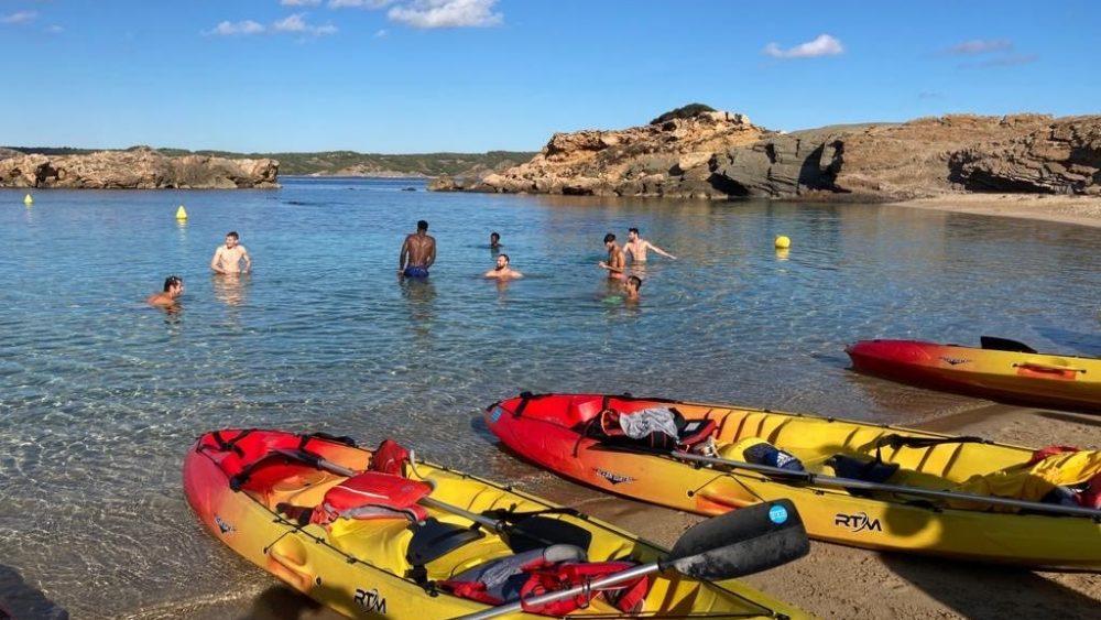 Un momento de los jugadores en la playa (Fotos: Hestia Menorca)