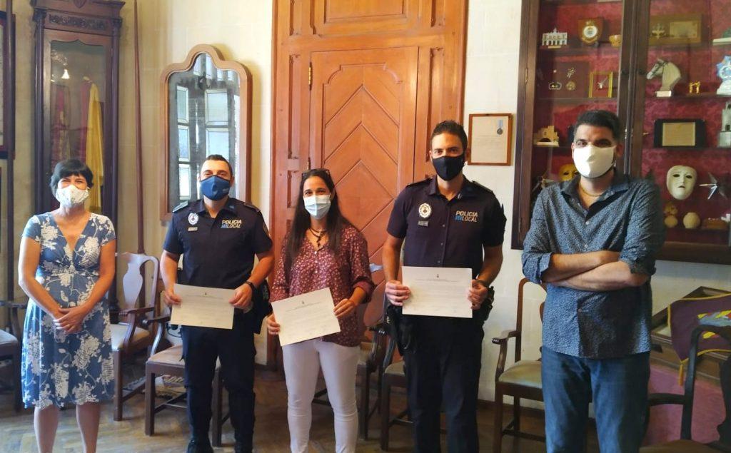 La alcaldesa, Joana Gomila, con los 3 nuevos agentes
