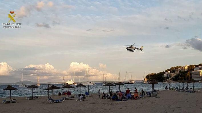 Un helicóptero en una playa de Mallorca.