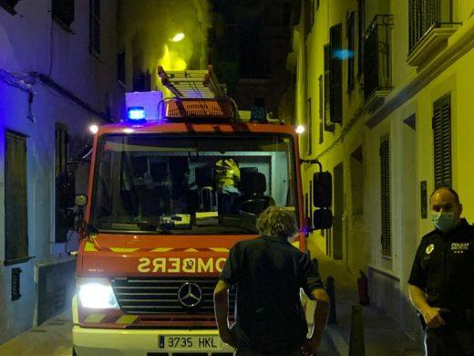 (Fotos y vídeo) Fuego en Maó