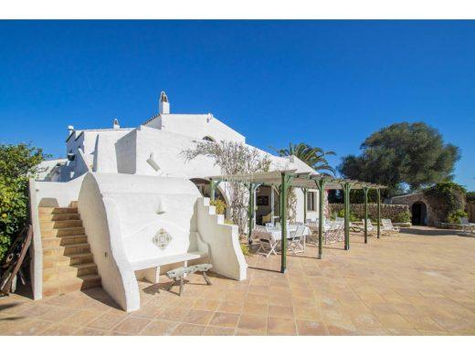 La espectacular casa en Sant Lluís de 36.000 m2, pista de tenis y 12 habitaciones