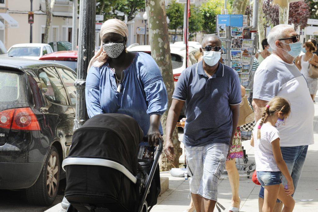 Gente con mascarilla en Ciutadella (Foto: Tolo Mercadal)