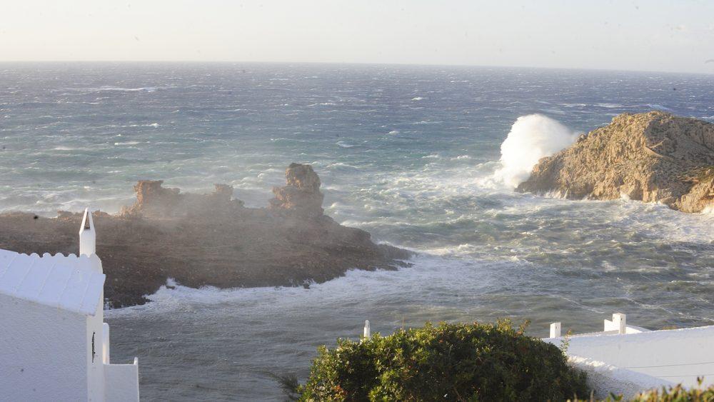 Las olas dificultarán el tráfico marítimo