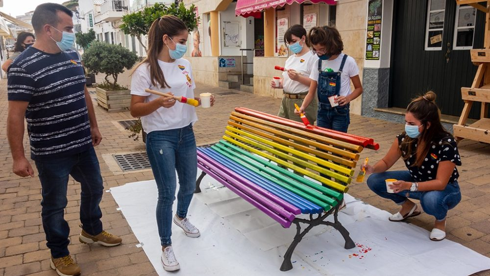 Uno de los dos bancos pintados (Fotos: Ajuntament d'Es Mercadal)