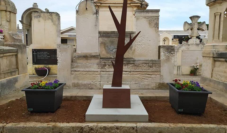Imagen de la escultura en el cementerio (Fotos: Aj Maó)
