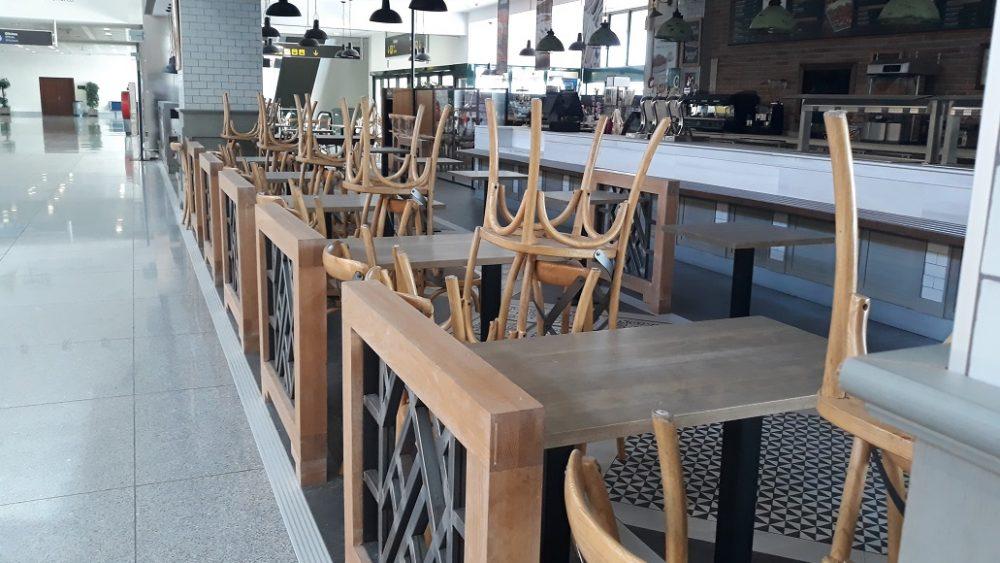 Cafetería cerrada en el bar de la terminal de salidas (Fotos:  Lluís Sintes)