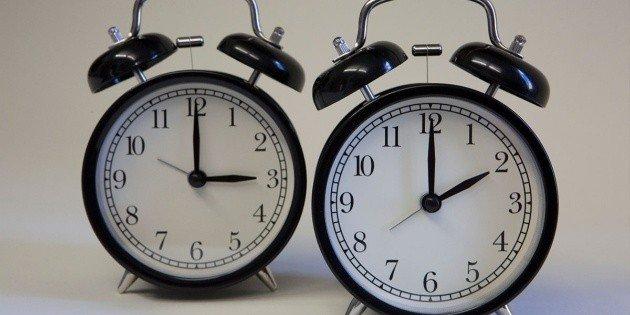 A las 03.00 de la madrugada el reloj deberá atrasarse a las 02.00 horas.