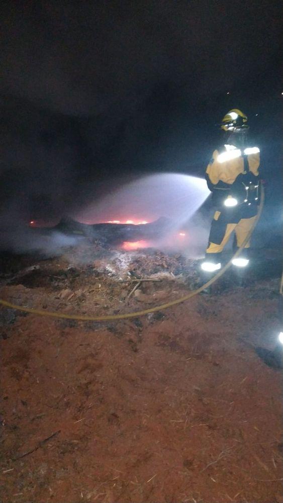 Uno de los bomberos actuando sobre las brasas (Foto: Ibanat)
