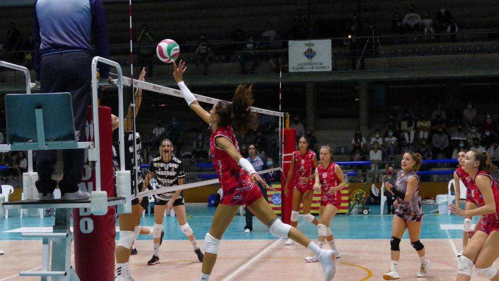 Acción en la red de Maira Westergaard durante el partido (Fotos: Miquel Moll)