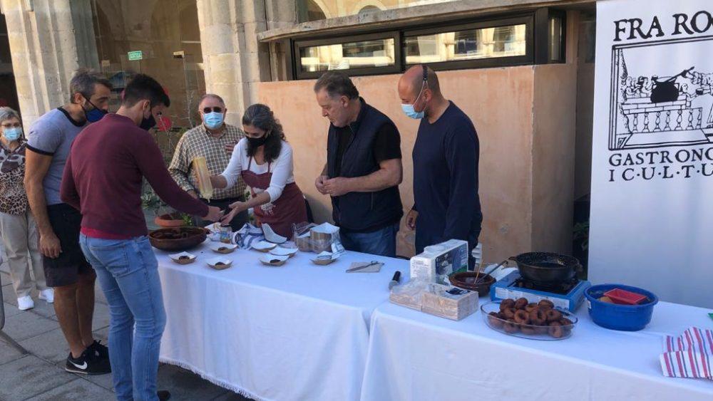 Miembros de Fra Roger Menorca, repartiendo buñuelos (Fotos: Tolo Mercadal)