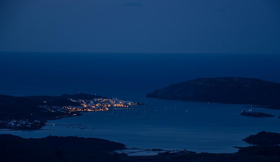Imagen nocturna de Fornells (Foto: Turisme Illes Balears)