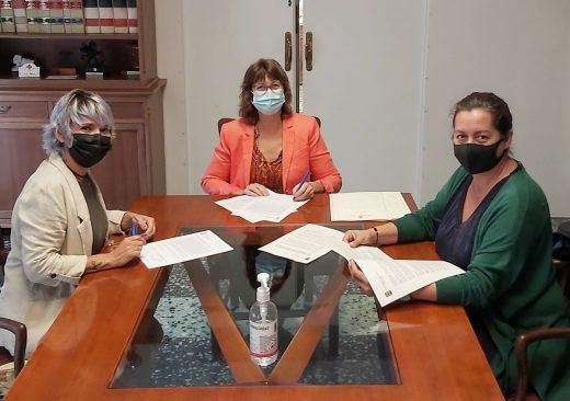 La alcaldesa, Joana Escandell, ha formado el convenio este miércoles en el Ayuntamiento