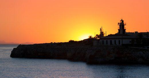 Puesta de sol en Sa Farola de Ciutadella (Foto: Turismo de Menorca)