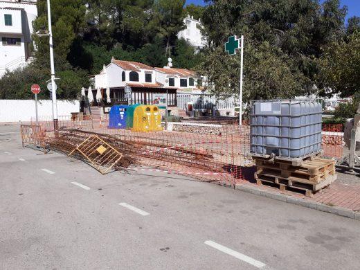 Conjunto de contenedores en la urbanización