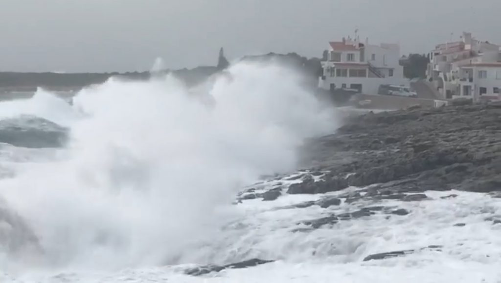 Las altas olas dificultarán el tránsito marítimo (Foto: TOLO MERCADAL)