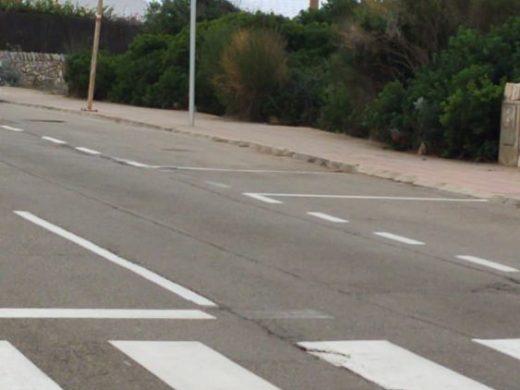 (Fotos) Sant Lluís limita a 30 kmh la velocidad máxima en las urbanizaciones