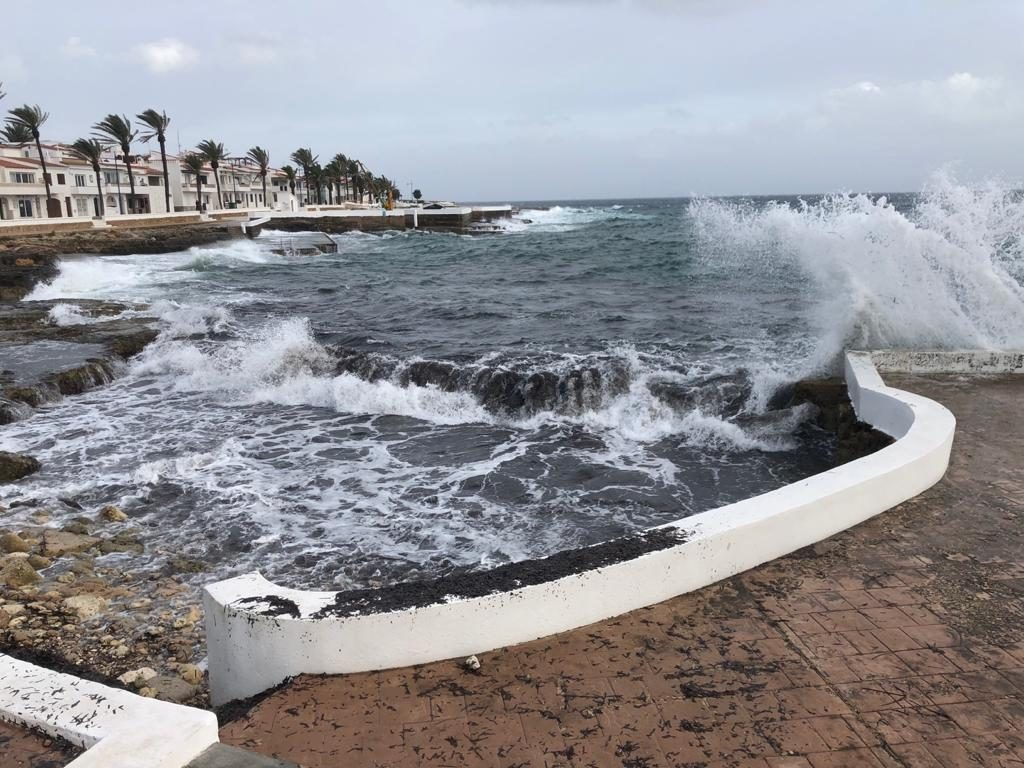 Fuerte oleaje ayer en la costa sur de Menorca (Foto: Tolo Mercadal)