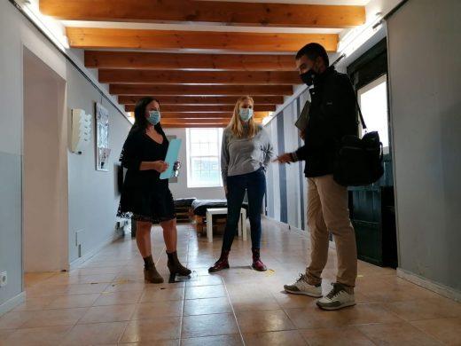 Dos técnicos, junto a la regidora de Joventut Naomi Toomey (Foto: Ajuntament de Sant Lluís)