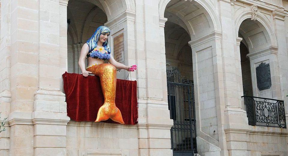 La Sirenita, en la fachada del Ajuntament (Fotos: Tolo Mercadal)