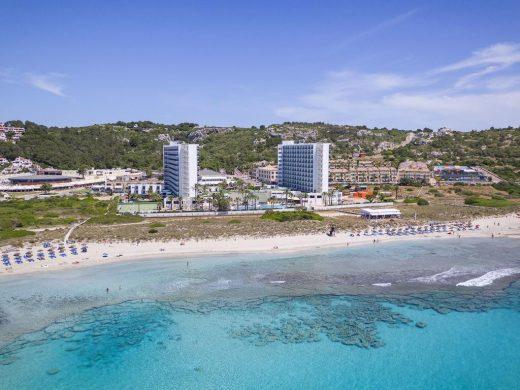 Dos hoteles a pie de playa
