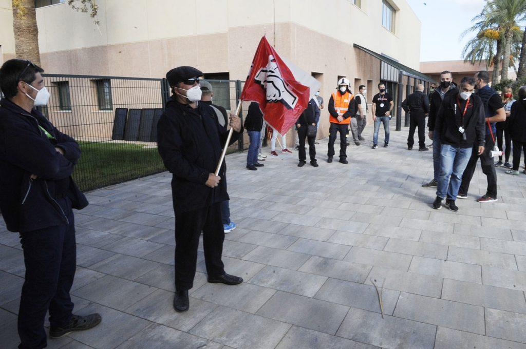 Un momento de la concentración frente al edificio de Aena (Foto: Tolo Mercadal)