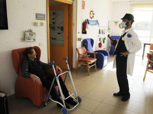(Galería de fotos) Humor, música y alegría en el geriátrico de Sant Lluís