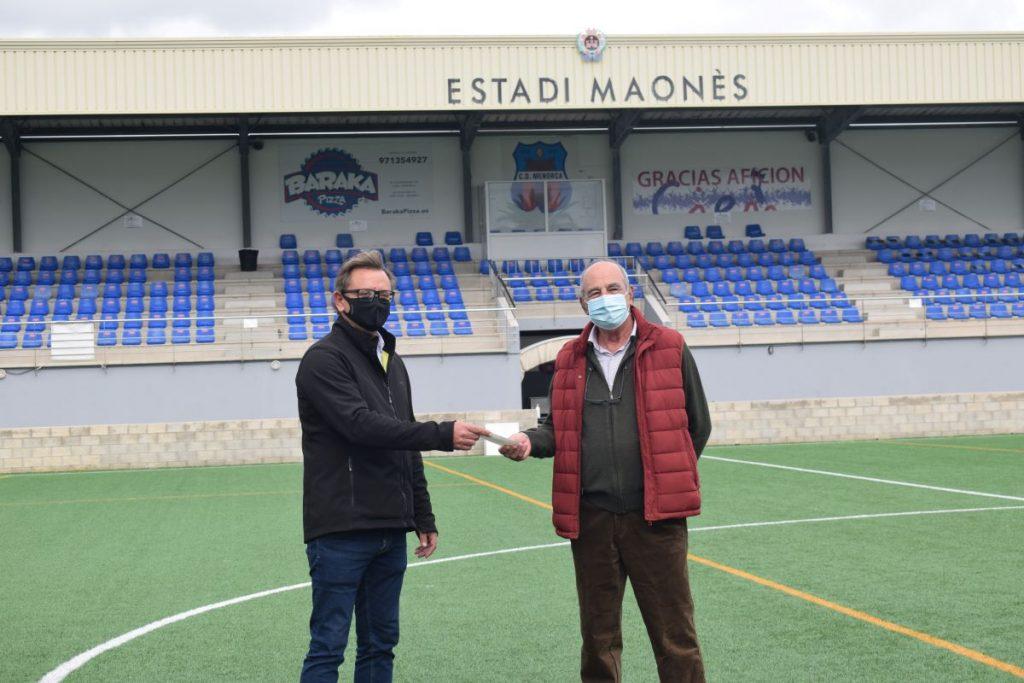 Entrega del donativo en el campo del CD Menorca