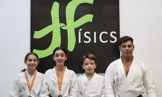 Los karatecas menorquines, junto a su técnico (Foto: Físics Ciutadella)