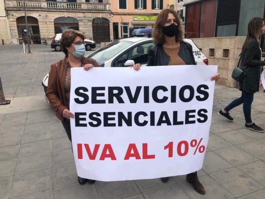 (Fotos) Las peluquerías de Menorca cierran y alzan la voz