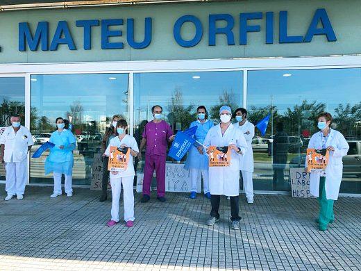 Concentración a las puertas del Mateu Orfila (Foto: Tolo Mercadal)
