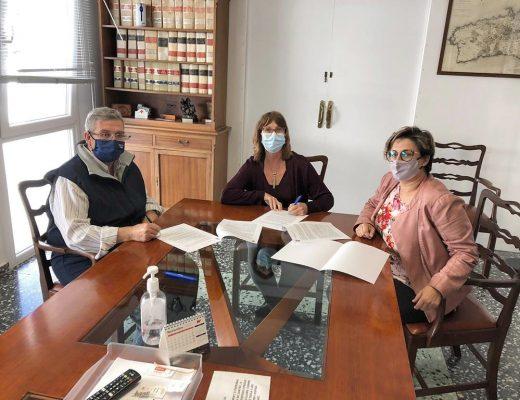 Firma del convenio entre Joana Escandell y Joan Quevedo acompañados por la concejala Ana Til