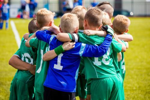 Jóvenes abrazándose tras un gol.