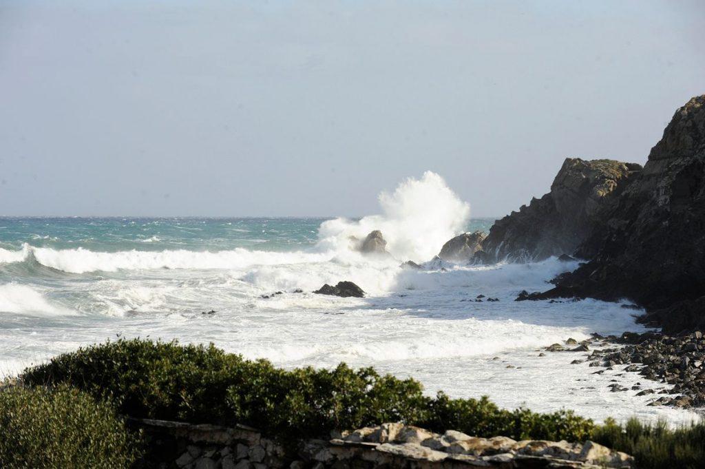 Olas rompiendo en La Mola (Foto: Tolo Mercadal)