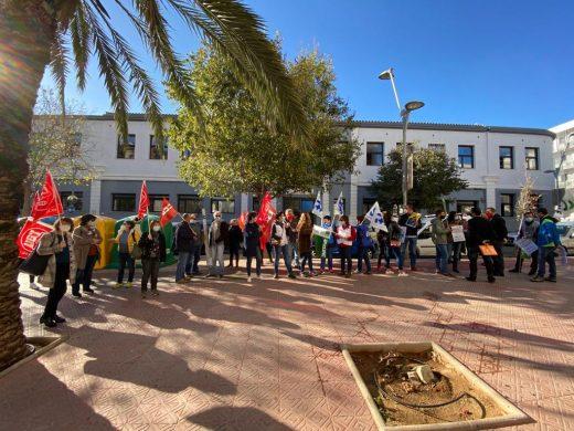 Protesta de los funcionarios frente a la delegación de Educación de Menorca