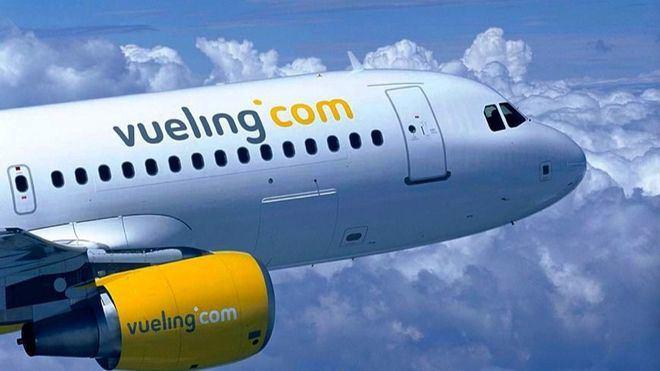 Los técnicos revisaron el avión para garantizar su seguridad en el vuelo Menorca-Barcelona