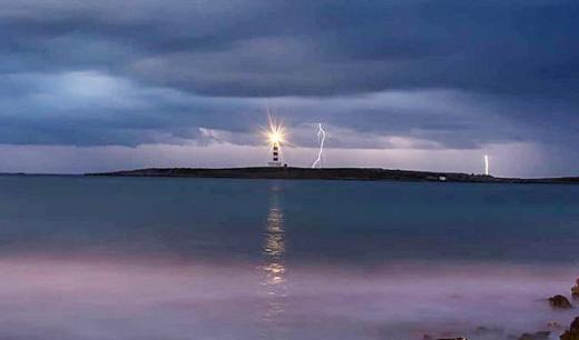 Imagen de la tormenta sobre la Illa de l'Aire (Foto: Mikel Llambías)