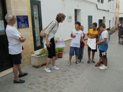 Explicando la Ruta Francesc d'Albranca a escolares (Foto: menorcabiosfera.org)